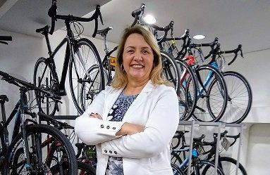 A corretora Sirlei Morandini pode auxiliá-lo no seu seguro para bike.