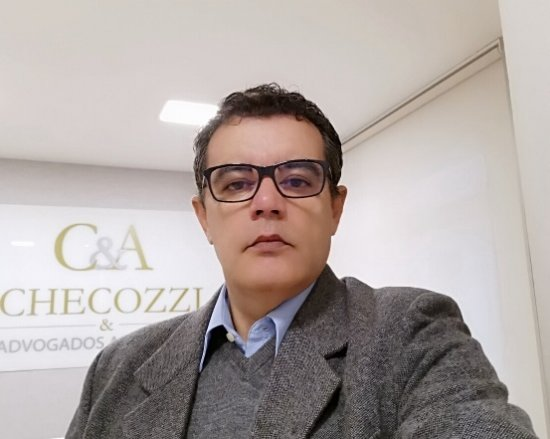Advogado Luiz Carlos Checozzi, especializado em seguros.