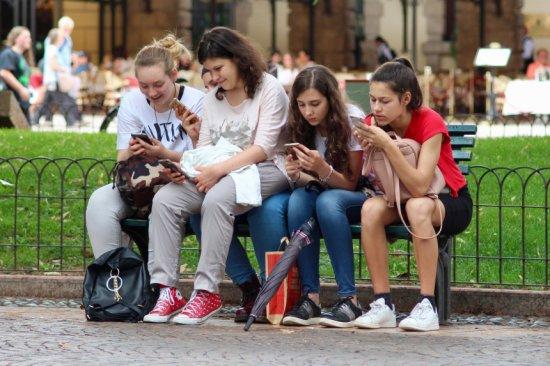 É preciso ter cuidado ao utilizar o celular em público para não ter problemas.
