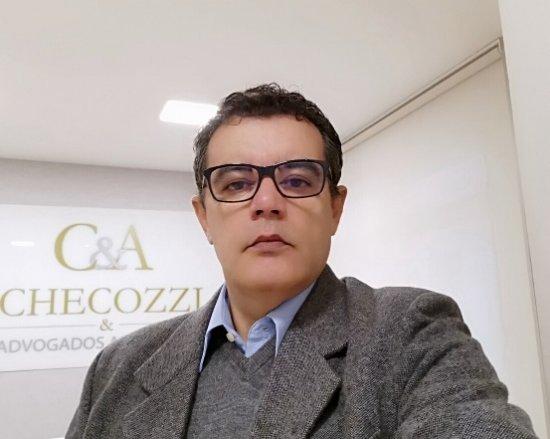 Luiz Carlos Checozzi, advogado especializado em seguros.