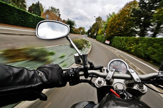 Quem vai e volta do trabalho com moto está mais vulnerável a acidentes.
