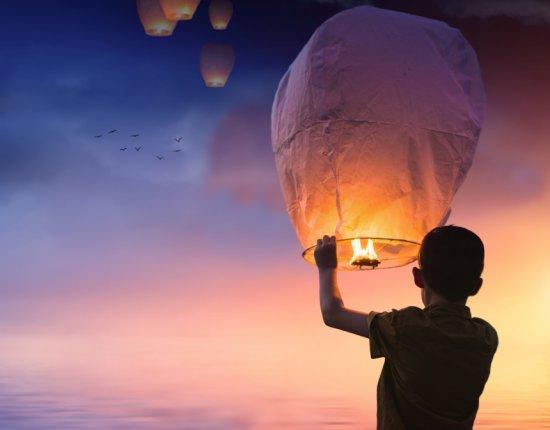 Soltar balão é crime e pode causar danos à rede elétrica e incêndios.